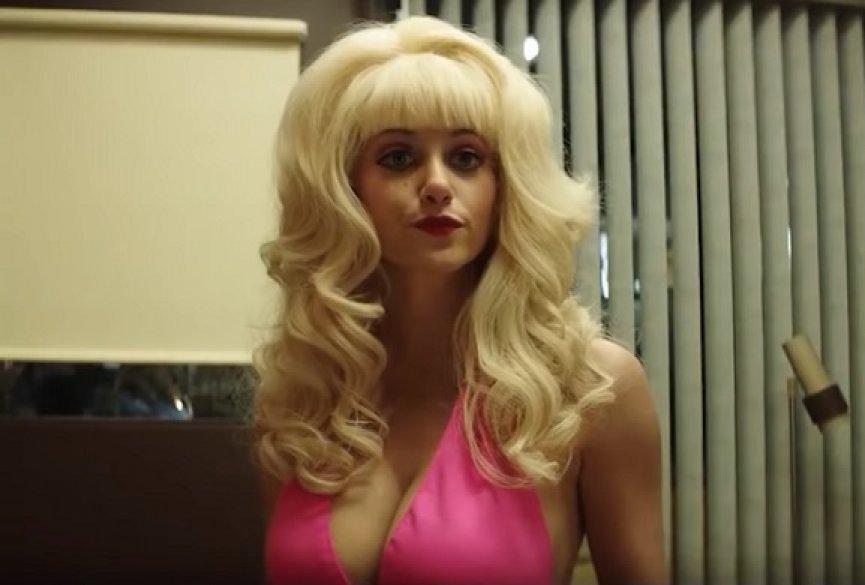 美剧《安吉琳》发布预告!艾美罗森挺胸化身奇葩名人