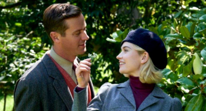 Netflix电影《蝴蝶梦》首曝剧照!莉莉詹姆斯下嫁艾米汉默入住谜样庄园